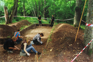 Izrakumu laukuma ZR stūra akmeņu attīrīšana. E. Jemeļjanova foto, 2008. gads.