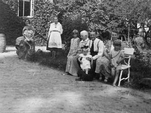 Turaidas-Lēdurgas draudzes mācītājs Bertrams Fedders ar ģimeni pie mājas
