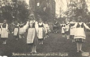 J.Rieksta darināta fotoatklātne. Rakstnieku un žurnālistu pils svētki Siguldā 1923. gada 3. jūlijā
