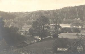 """J.Rieksta darināta fotoatklātne.Skats no Fotogrāfu kalna Siguldā uz Gaujas senieleju pie """"Lejas Klaukām"""". 20. gadsimta 20tie gadi"""