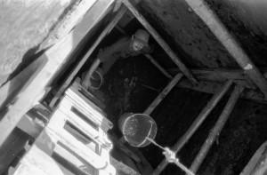 Arheoloģisko izrakumu laikā Turaidas pils lielajā akā. 1992. Foto no Turaidas muzejrezervāta krājuma.