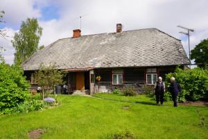 Janīna  Kursīte sarunā ar Senku māju saimnieci