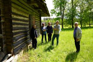 Lejasbeitiņu dzīvojamajā mājā izmantotajiem būvniecības paņēmieniem ekspedīcijas dalībniekus iepazīstina Mārtiņš Kuplais
