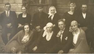 Rudzīšu saimnieku Vītolu dzimta 1927. gadā. Pirmajā rindā no kreisās: meitas Anna, Matilda un viņas vīrs Pēteris Pētersons, meita Emma. Otrajā rindā no kreisās: dēls Jānis ar sievu Annu, tēvs Kārlis Vītols, māte Anna Vītola, vedekla Jūlija un dēls Rūdolfs.