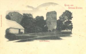 """Pastkarte """"Sveiciens no Turaidas pils"""". M.Buclera foto. Skats uz pils galveno torni, kreisajā pusē – 19.gadsimta uzceltais zirgu stallis un ūdens muca. Ap 1900.gadu"""
