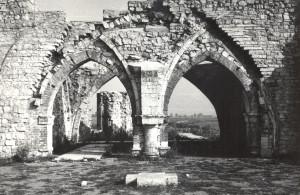 Ikšķiles baznīcas drupas pēc konservācijas. 20. gs. 70. gadu otrā puse