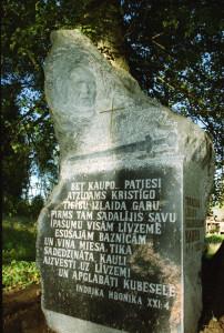 Kaupo piemiņas zīme, autore Gaida Grundberga. Alberta Linarta foto. 2001.