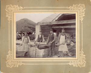 Turaidas baznīcas remonta dabu vadītājs namdaris, draudzes pērminderis Ernests Migliņš (otrais no labās). Ap 1926. gadu