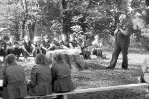 Jānis Graudonis sarunā ar Gulbenes 1. vidusskolas LOTOSA vienību. Turaidā, 1986. gadā