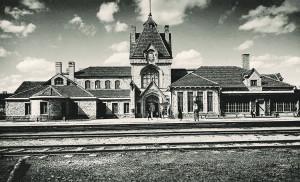 Siguldas dzelzceļa stacijas ēkas kopskats. 1930. gadi. Fotogrāfs Krišjānis Vīburs