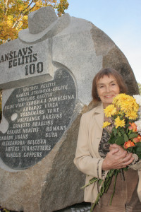 Tēlniece Gaida Grundberga rakstnieka Anšlava Eglīša 100 gadu jubilejai veltītā pieminekļa atklāšanā Inciema muižas parkā. 2006